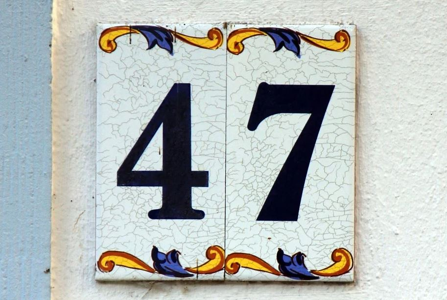 Zlatá čísla mobilního telefonu složená ze čtyřek nebo z pětek