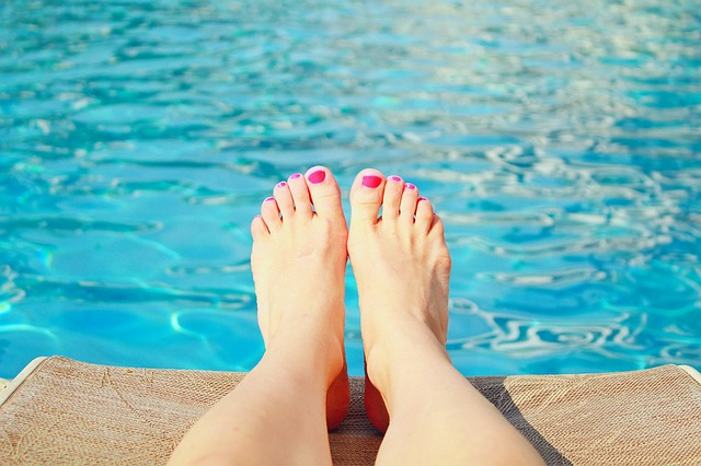 růžové nehty na nohou