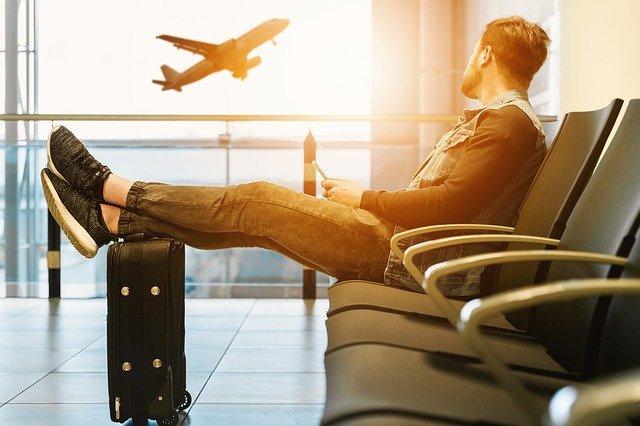 muž na letišti