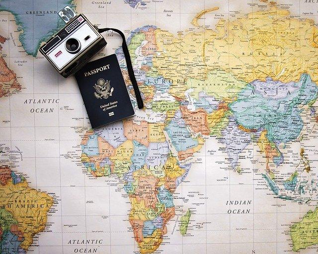 foťák s pasem na mapě