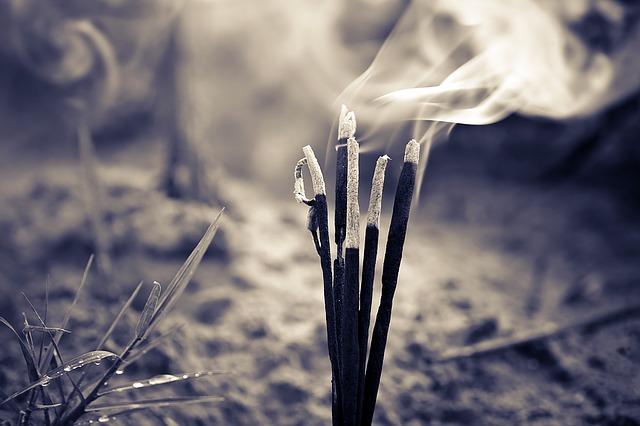 hořící vonné tyčinky
