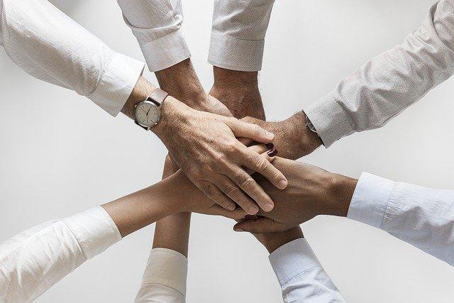 ruce čtyř kolegů