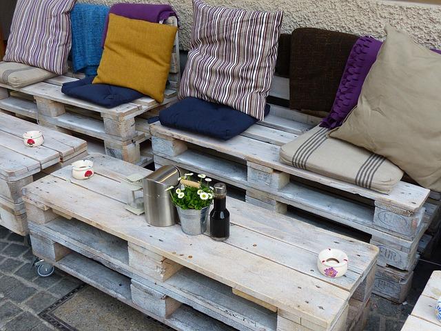 paletový venkovní nábytek s polštářky