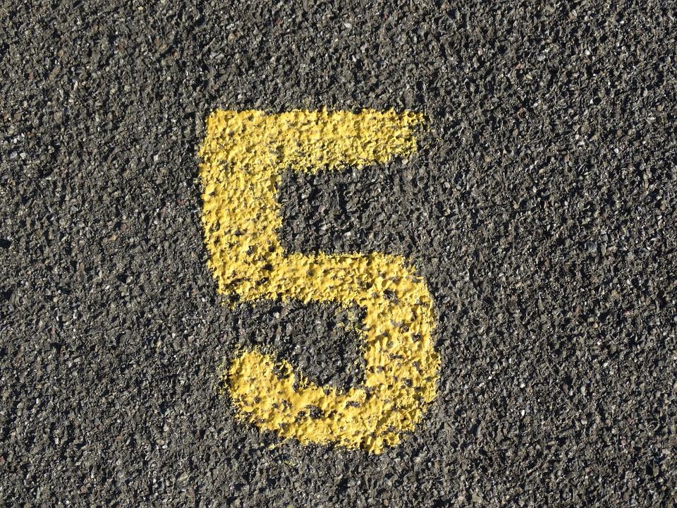 pětka na asfaltu